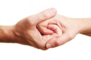 Zwei Personen halten ihre Hände